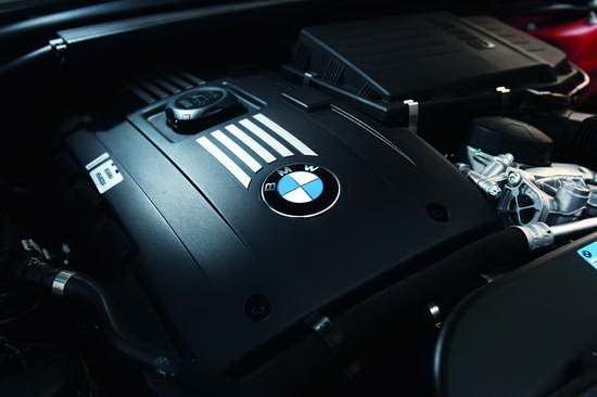 335i搭载了一台3.0升双涡轮增压发动机
