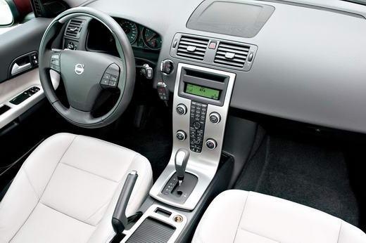 C30的车内是一派亲近、肃然的清新风格,直瀑形的中控面板依旧是最性感的部分