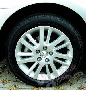 原有的多曲面轮毂被粗细双辐轮毂所取代;