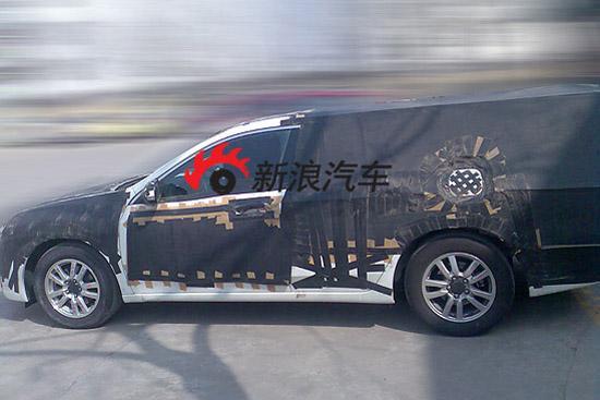 东风本田对正在测试的欧版雅阁进行了精心的伪装,造成旅行版轿车或MPV的假象
