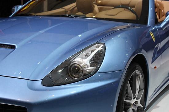发动机罩上的进气口保证了发动机舱内部部件的有效冷却