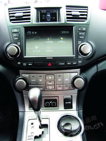 大型旋钮和双液晶屏是汉兰达的内饰特色。