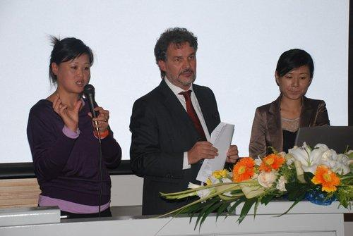 乔治亚罗(上海)设计有限公司董事长兼总经理Stefano Cappuccio先生(中)零点研究咨询集团业务总裁(COO)、资深合伙人张军女士(左)