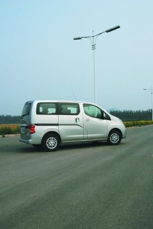 轿车化操控--试驾郑州日产NV200(图)