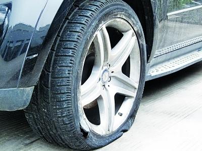 某型SUV爆胎导致的轮胎和轮毂损伤程度与上例事故车类似