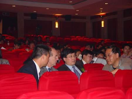 图:神龙总经理刘卫东正在接受记者采访