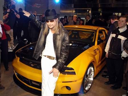 车展现场:美国著名歌手KidRock与福特野马(图)