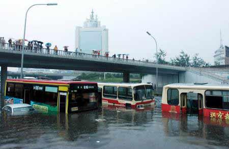 组图:10日北京狂风暴雨造成交通严重受阻(二)