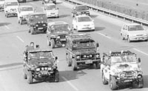 50辆吉普车行驶80公里喜迎新娘(图)