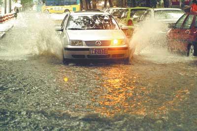 夏季汽车轮胎接受挑战崎岖道路避免轮胎损坏