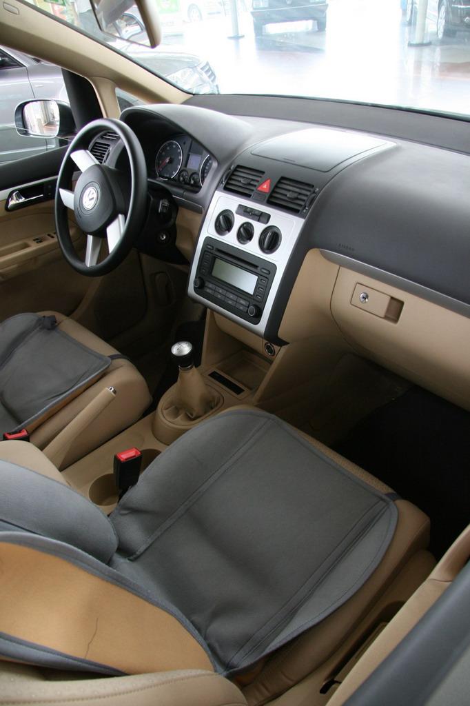 作为一款完全不同于传统轿车与MPV的多功能轿车,途安的核心技术理念完全秉承了德国轿车追求优良舒适性、灵活操控性以及无微不至安全性的设计理念。途安的内部空间无论在舒适性还是功能上都大大超越了一般的轿车。图为上海大众途安内饰。