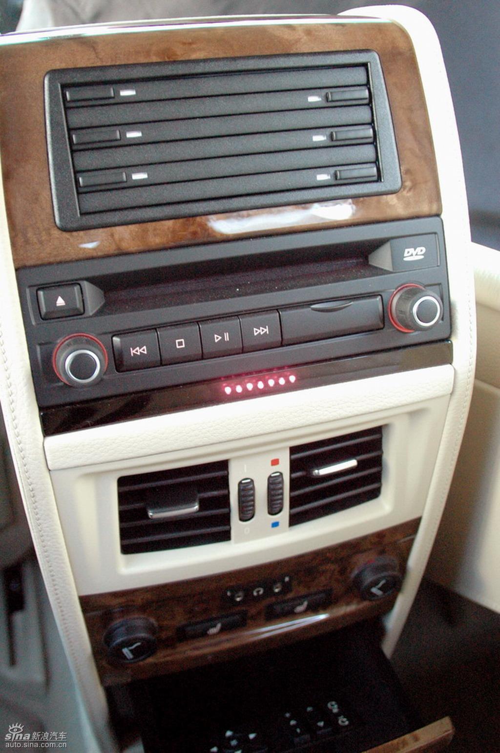 2007年,宝马集团完成了BMW 5系在全球的中期改款。与此同步,华晨宝马对BMW 5系长轴距版在外观、内饰和技术上也进行全面的技术升级,并于今日推出两款车型:新BMW 530Li豪华型和新BMW 525Li豪华型。此次上市的改款新BMW 5系长轴距版先期投放市场的车型分别是新BMW 530Li豪华型和新BMW 525Li豪华型,将于11月15日在全国宝马授权经销商开始销售。升级之后的新BMW 5系长轴距版车型在功能性、技术先进性和车型配置等方面为豪华商务轿车树立了全新的标准,进一步强化了其在同级别最先进
