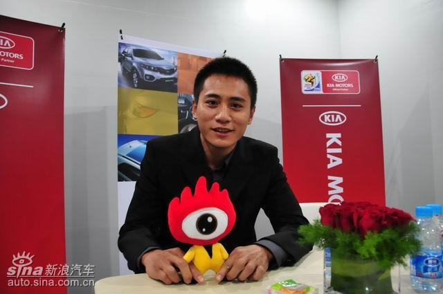 """""""影帝""""刘烨手拿""""小浪"""" 上海车展再现风采"""