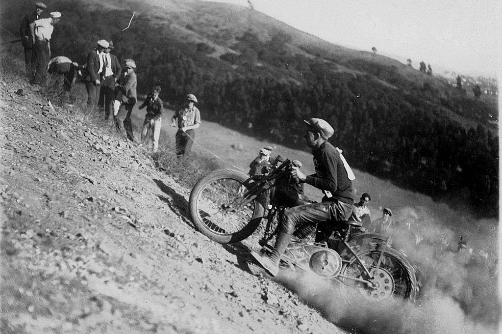 越不平越来劲 摩托攀爬比赛