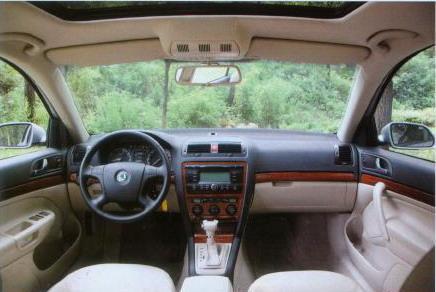 明锐中控台攫取了大众的风格,低配车型增加银色内饰,高配车型增加木纹饰条