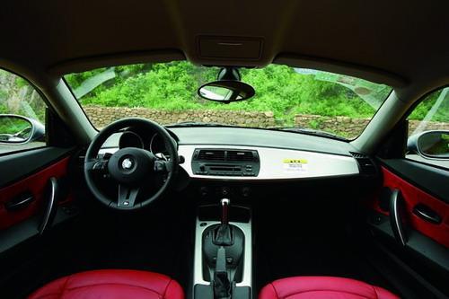 向车内拱起的仪表台造型是宝马近年来的典型风格,煸情的红色皮革很讨人喜欢.