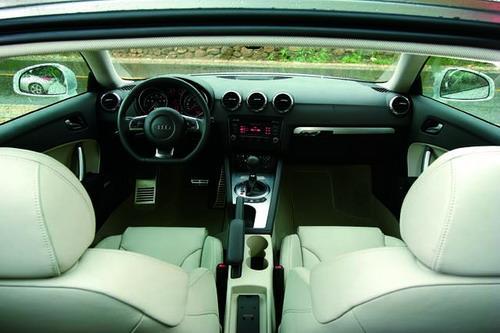 TT的内饰更像一部豪华轿车,精致程度没的说,但却掩饰了好动的本质。