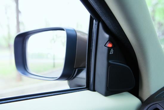 当有车辆进入两侧的视野盲区时,BLIS盲点信息系统会自动提示
