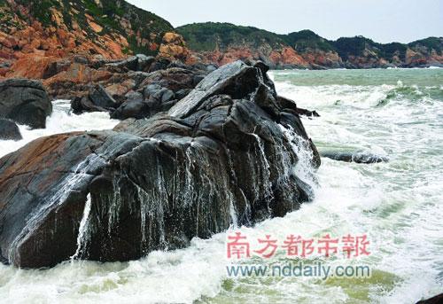 """瀑布,海浪在石头上留下""""瀑布""""。坪洲岛外面少有岛屿、礁石遮拦,可以欣赏到惊涛拍岸的场面。"""