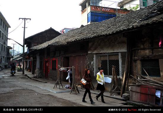 整条街道,街面一色的砖木结构。