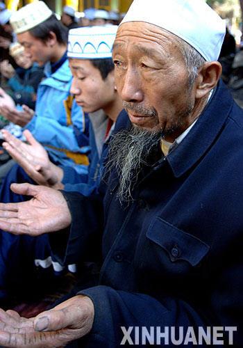 宁夏吴忠市的穆斯林群众在东北小寺举行开斋节会礼(图片来源:新华网)