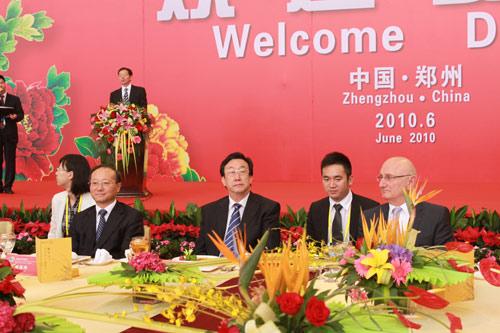 河南省省长郭庚茂(左二),国家旅游局局长邵琪伟(左一),世界旅游业理事会总裁鲍姆加藤(右一)等贵宾出席了欢迎晚宴
