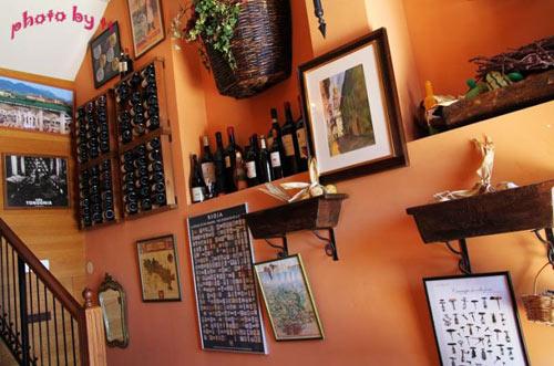 墙上的架子里摆满了红酒