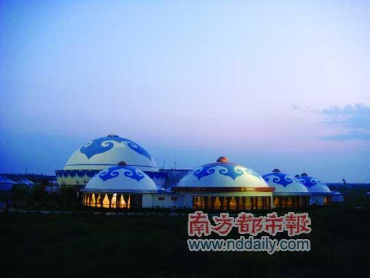 黄昏时草原上的蒙古包