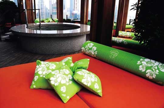 """上海外滩茂悦大酒店的顶楼是一片神奇的小天地,图中为上海泡吧达人最津津乐道的小""""温泉"""""""