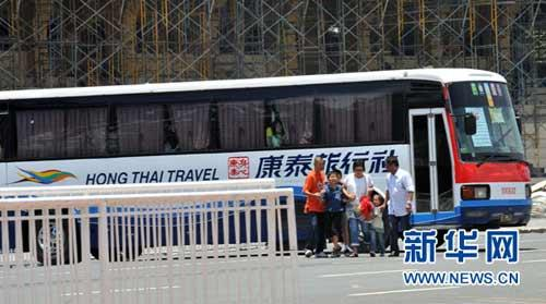 8月23日,在菲律宾首都马尼拉的基里诺大看台附近,谈判专家协助几名被释放的游客离开被劫持的旅游观光客车。