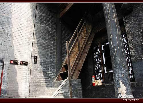 院内古旧的楼梯