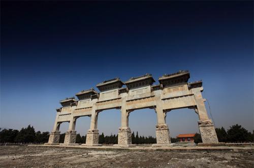 清东陵坐落在唐山市的遵化市境