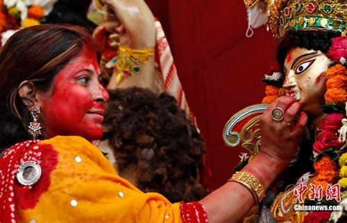 欢聚一堂 印度民众载歌载舞迎十胜节