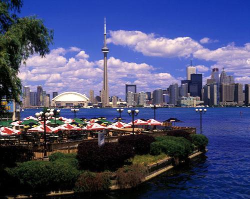 从多伦多中央岛眺望碧水蓝天下的CN塔.