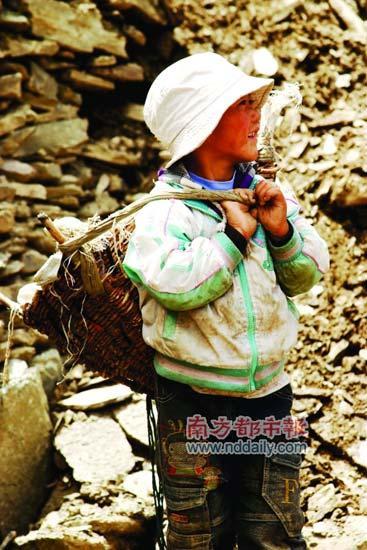 修公路的小女孩。