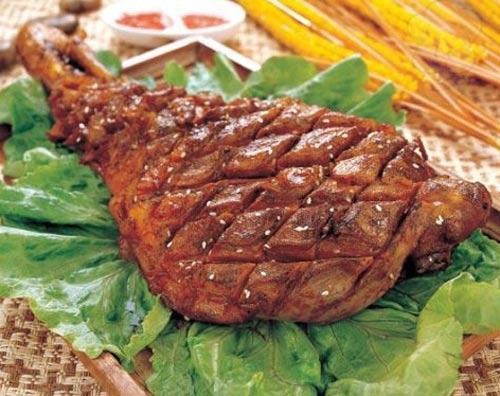 烤羊腿是呼伦贝招待宾客的一道佳肴名菜