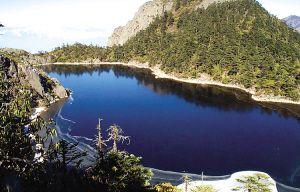山谷中的湖泊