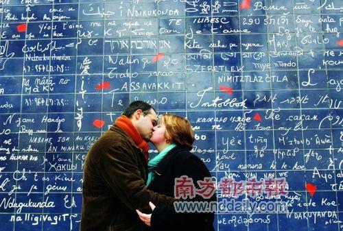 巴黎的爱墙。每年,无数的情侣来到这里拥抱、接吻,就为了让巴黎见证他们的爱情。