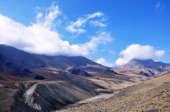 西北的山大多是不毛之地,苍凉,雄浑