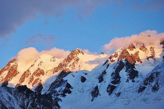 日照金山之博格达峰