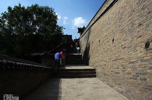 这条路可以登上城堡,俯瞰大院。