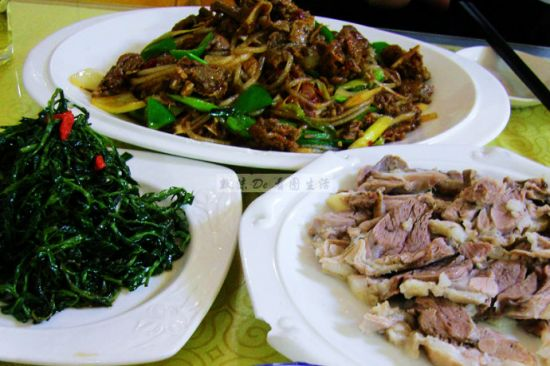 图上是爆炒羊羔肉,图左是凉拌枸杞叶,图右是手抓羊肉。