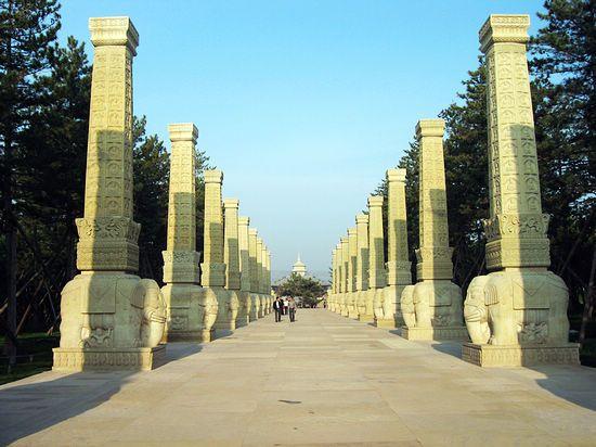 两排耸立的图腾柱让人想起了北魏时代