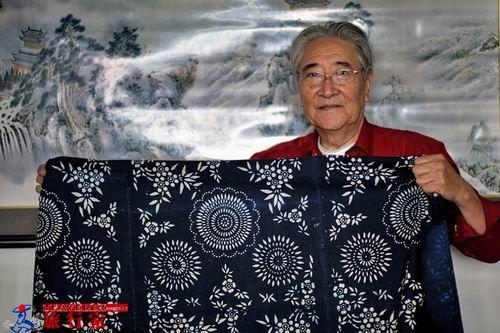 满族老人与他家传的传统蓝印花布