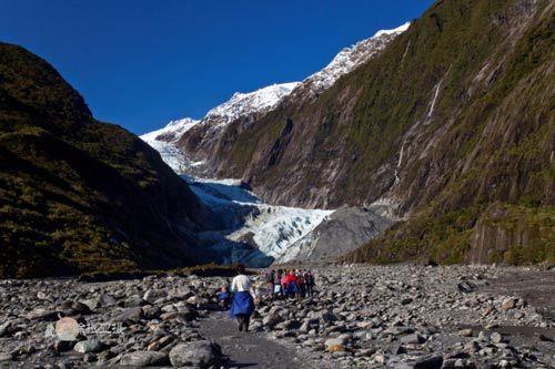 站在冰川河床上看望V字型的冰川口