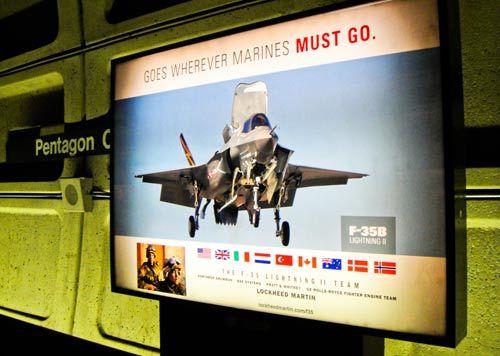 地铁站台上的宣传画也与军事有关,这是一架 F35B 型战机。
