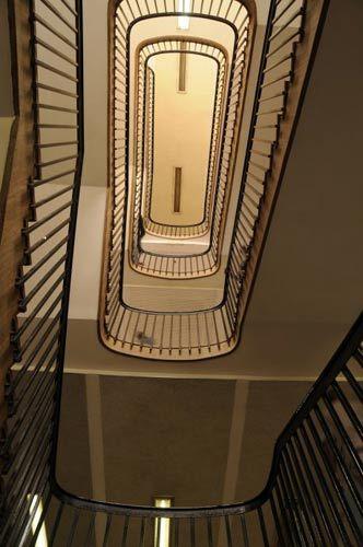 教学楼内部的环形楼梯,十分有特色