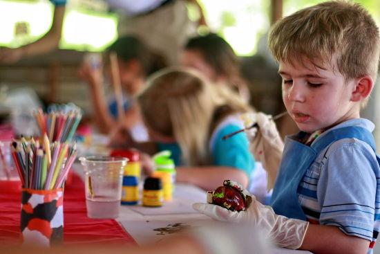 为配合巴厘岛阿雅娜水疗度假酒店推出的天伦假期住宿套餐,儿童俱乐部进行了全面更新,让孩子们能尽情玩乐,父母们放松休息。父母们可在旅程间享受水疗服务、美食体验、池畔休闲、增广见闻,同时孩子们亦可在各式娱乐活动中自得其乐,探索文化工艺、瑜伽,并享用占地77公顷的度假村设备。   阿雅娜天伦假期住宿套餐优惠期为2011年1月5日至12月22日, 酒店客房及别墅费用分别为每晚299/668美元起,包括:   每日享用早餐(别墅宾客将于Dava餐厅品尝自选早点,客房住客则于Padi享用自助早餐)   一次性体验三