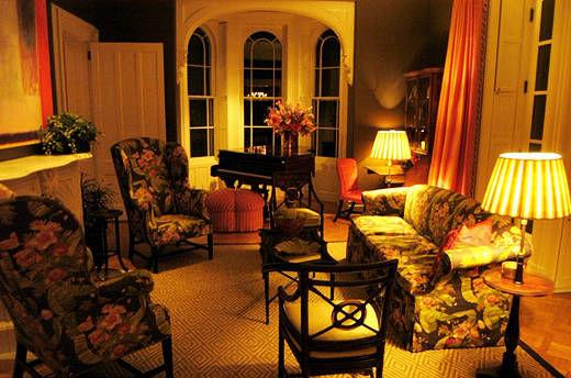房间里弥漫着柿子、杏仁和甜瓜的香气,展示着Rowland个人珍藏。