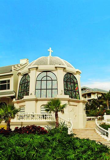 中式古典建筑风格与雅士文化完美地融入到热带滨海风情中,好似亚龙湾畔壮丽非凡的宫殿。
